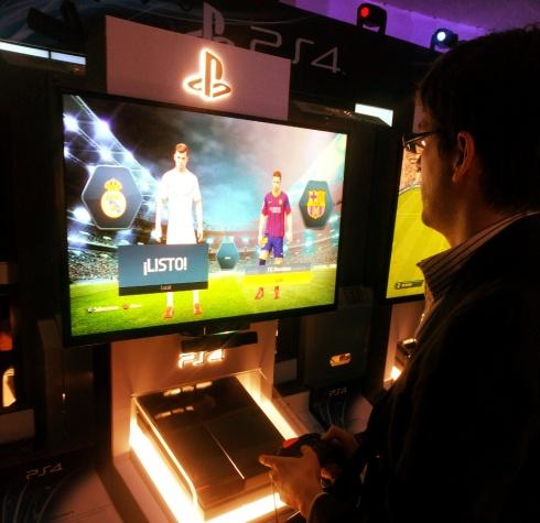 Soy yo jugando FIFA 14 en la PS4